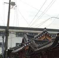 Stromleitungen über traditionellen asiatischen Häusern