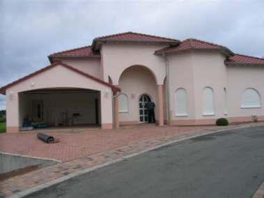 Einfamilienhaus mit Turm und Erker in Massivbauweise einschl. Garage und Außenanlagen