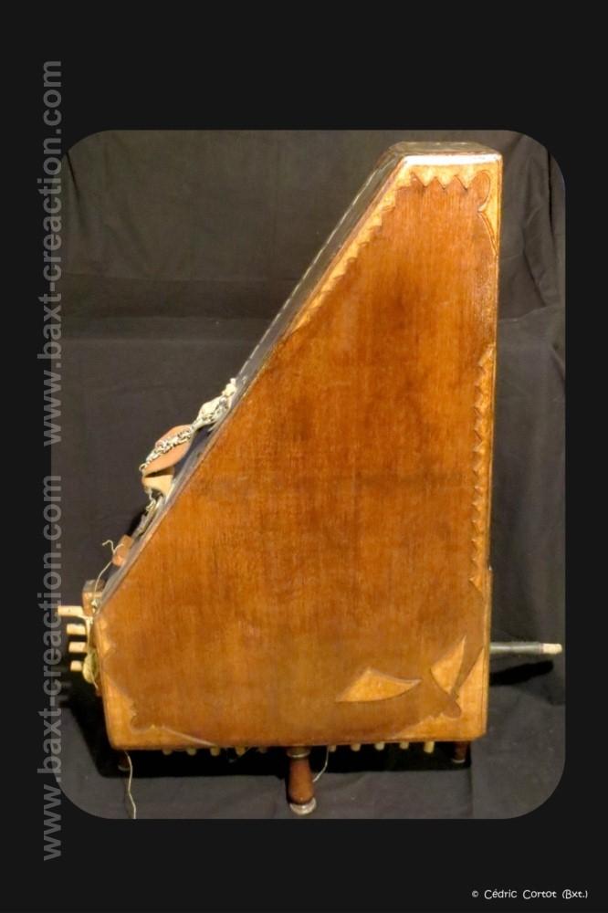 Lutherie sauvage, instrument de musique 24 cordes avec roue actionnant 4 cordes supplémentaire - BaXT créAction