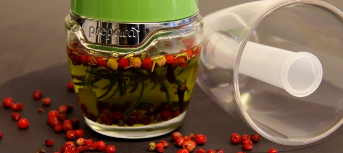 Rosa Pfeffer-Öl mit Rosmarin und Nelken