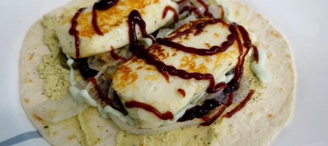 Halloumi-Wrap mit Hummus und karamellisierten Zwiebeln