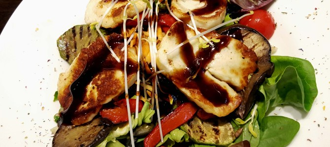 Sommer-Salat mit grilliertem Gemüse und Halloumi