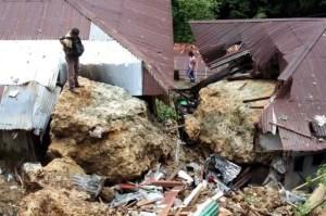 Tonnenschwere Felsbrocken stürzten auf mehrere Häuser Fot-Quelle: Jakarta Post