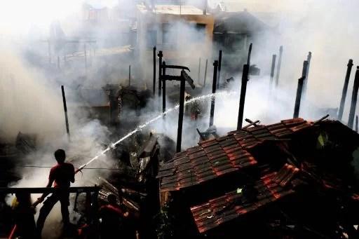 Mehrere Häuser brennen Foto-Quelle: Jakarta Post