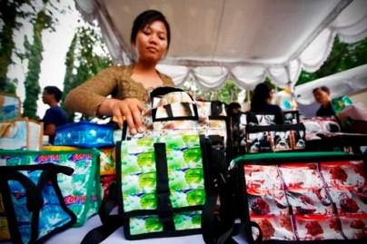 Eine Frau zeigt selbstgefertigte Taschen aus Plastikabfällen Fotoquelle: Jakarta Post