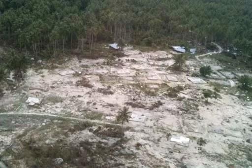 Luftaufnahme, die ein durch den Tsunami zerstörtes Dorf zeigt. Fotoquelle: Jakarta Post