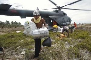 Ein Helikopter bringt Nahrung und Ausrüstung zu den Opfern der Naturkatstrophe in Indonesien. (Bild: Reuters) Fotoquelle: nzz.ch
