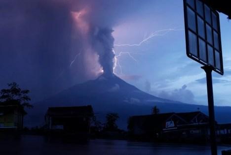"""Von weitem sieht der indonesische Vulkan Merapi beeindruckend aus. Doch seine Aschewolken sind tödlich. """"Dies ist der schwerste Ausbruch seit mindestens 100 Jahren"""", sagte der Chefgeologe von Indonesiens Energieministerium.  Foto: REUTERS Fotoquelle: spiegel.de"""