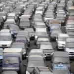 Verkehrschaos durch heftigen Regen und Sturm in Jakarta