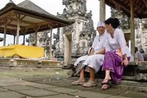 Anni Kuhn und Orlando Stamm erhoffen sich durch den Besuch in einem balinesischen Tempel Strom für ihr Ferienresort. Fotoquelle: suedostschweiz.ch