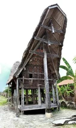 Fotografie eines Toraja-Hauses auf Sulawesi, aus Holz geschnitzte Hampatong- und Tau-Tau-Figuren aus Sulawesi und Borneo (r.o.).F oto: Haus der Völker Fotoquelle: tt.com