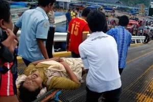 Unter Schmerzen wird ein Verletzter abtransportiert. Bis zum Vormittag sind nach Behördenangaben 427 Menschen von Bord gebracht worden Fotoquelle: stern.de