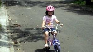 Sarah mit fast 5 Jahren auf Ihrem Rad
