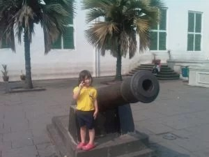 Sarah vor einer Antiken Kanone