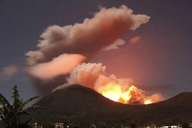 Vulkan Lokon treibt Tausende in die Flucht Foto: AFP Fotoquelle: spiegel.de