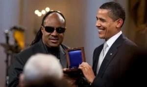 Präsident Barack Obama ehrt Stevie Wonder mit dem Gershwin Award für sein Lebenswerk in einer Feier im Weißen Haus. Foto: Pete Souza