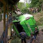 Schwerer Busunfall in Puncak