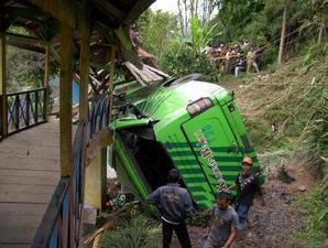 Schweres Busunglück mit 13 Toten und über 20 schwerverletzten Fotoquelle: Jakarta Post