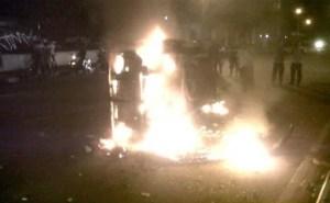Brennene Fahrzeuge und Barikaden sind keine Seltenheit in Jakarta Foto: (Tribun Jakarta / Erik Sinaga) Fotoquelle: jakartapost.com