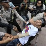 Prutaler übergriff von indonesischen Polizeibeamten in Jakarta Foto: tagesspiegel.de /  AFP