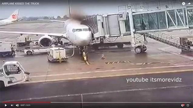 LKW prallt in Passagierflugzeug / Screenshot Youtube