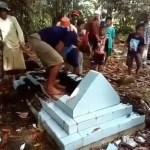 Mann auf Sulawesi gezwungen seine toten Verwandten auszugraben?!?