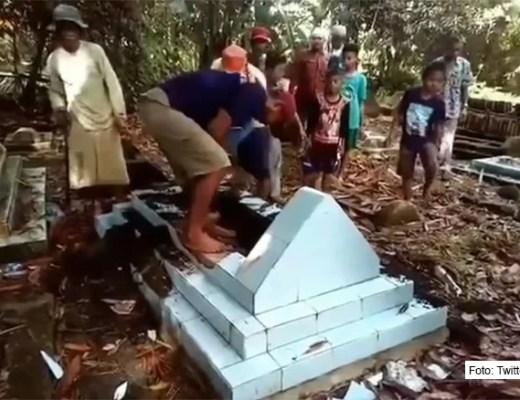Mann auf Sulawesi gezwungen seine toten Verwandten auszugraben / Foto: Twitter