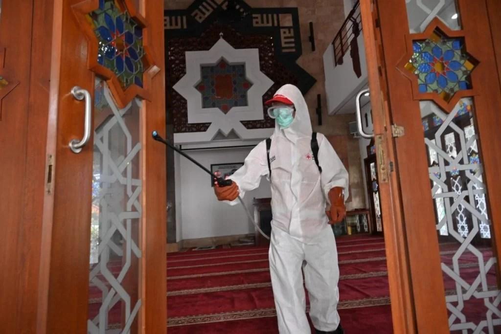 Mitglieder des indonesischen Roten Kreuzes sprühen Desinfektionsmittel in einer Moschee in Jakarta am 15. März 2020 angesichts der Besorgnis über die Verbreitung des durch das neuartige Coronavirus verursachten COVID-19. Foto: AFP / Adek Berry Screenshot: asiatimes.com