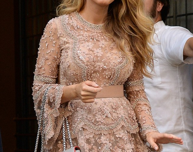 PHOTOS:  Blake Lively scores yet ANOTHER pregnancy HIT with chic maternity dress