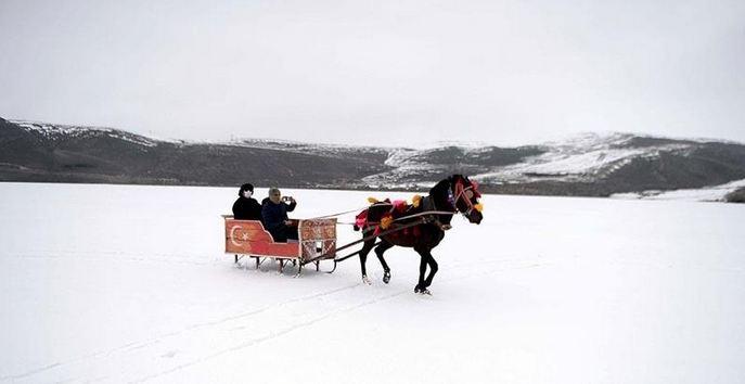 Turkey: Sleigh rides on frozen lake attract visitors 1