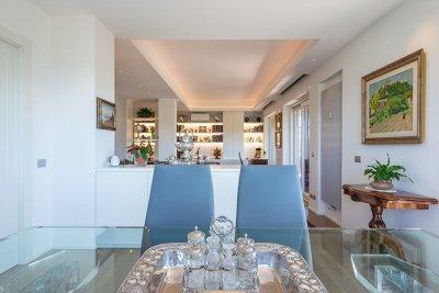 particolare tavolo con soggiorno di sfondo