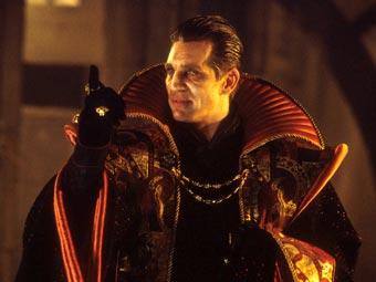 Eric Roberts como el master