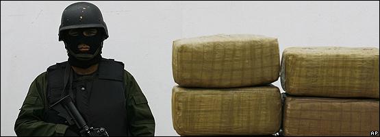 Un soldado mexicano durante el decomiso de drogas en Tijuana