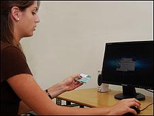 Mujer utilizando internet  / Foto:Raquel Pérez