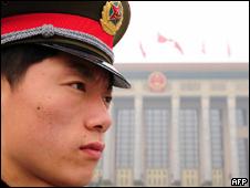 Soldado do Exército chinês posicionado em Pequim (AFP, 4/3)