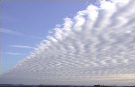 Trong khi đó, Alan Fishlock, cũng sống ở Dorchester, chụp được bức ảnh mây này. Anh nói: Tôi sống tại Poundbury và chụp bức ảnh này từ sân chơi bên thung lũng.