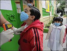 Niño se protege de la gripe procina en una escuela en México