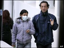 Una pareja pasea a las puertas de un hospital de Buenos Aires.