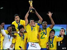 Lúcio ergue a taça da Copa das Confederações após a final