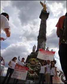 """""""Funeral de la partidocracia"""", celebrado en el Ángel de la Independencia. (Foto cortesía de Laura Oñate)"""