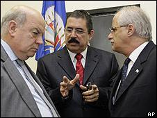 osé Miguel Insulza, junto a Manuel Zelaya y Jorge Taiana.