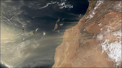 El viento transporta arena del Sahara al Océano Atlántico