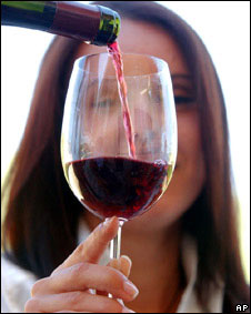 Mujer con vino tinto