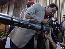 Hugo Chávez revisa arma en Miraflores.