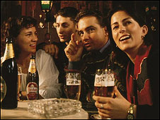Jóvenes bebiendo cerveza