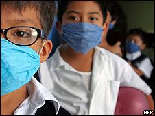 Niños con máscaras en una escuela de Oaxaca