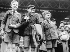 اطفال ينتظرون في محطة فيكتوريا