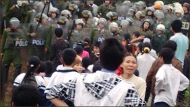 Cảnh sát có mặt tại Đồng Chiêm, Mỹ Đức, Hà Nội trong một vụ xô xát