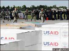 Marinos de EE.UU. desembarcan con suministros en Puerto Príncipe