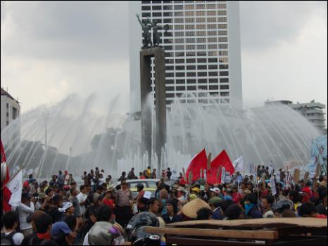 info-unikz.blogspot.com - Keganjilan Yang Ada Pada Bundaran HI